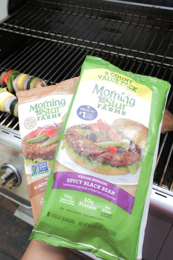 Looking for meatless tailgating options? Look no more! This yummy black bean burger from MorningStar Farms® is the perfect solution... So, so yums that even your meat eaters friend will love it. Check my complete recipe and enjoy!