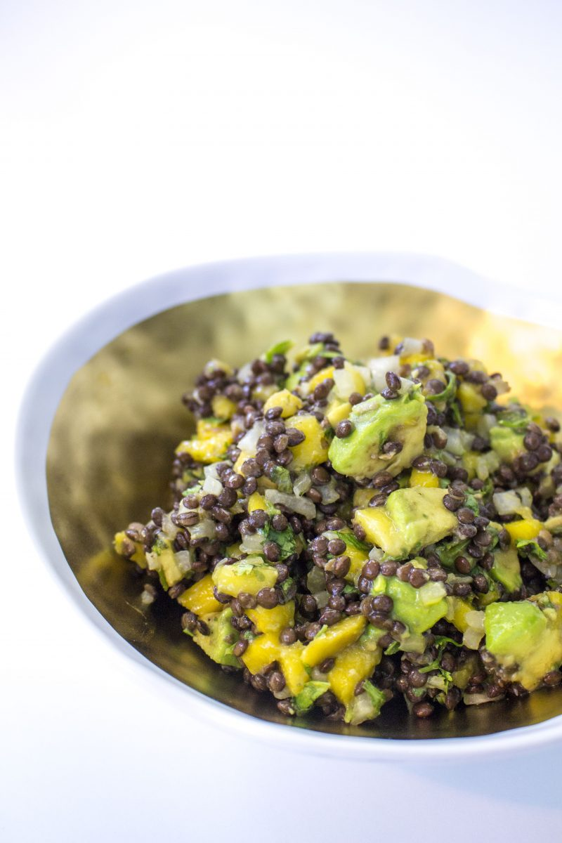 Esta ensalada de lentejas con mango y aguacate es uno de mis favoritas! Perfecta para una comida sin carne llena de fibras y proteínas... deliciosa y fresca!