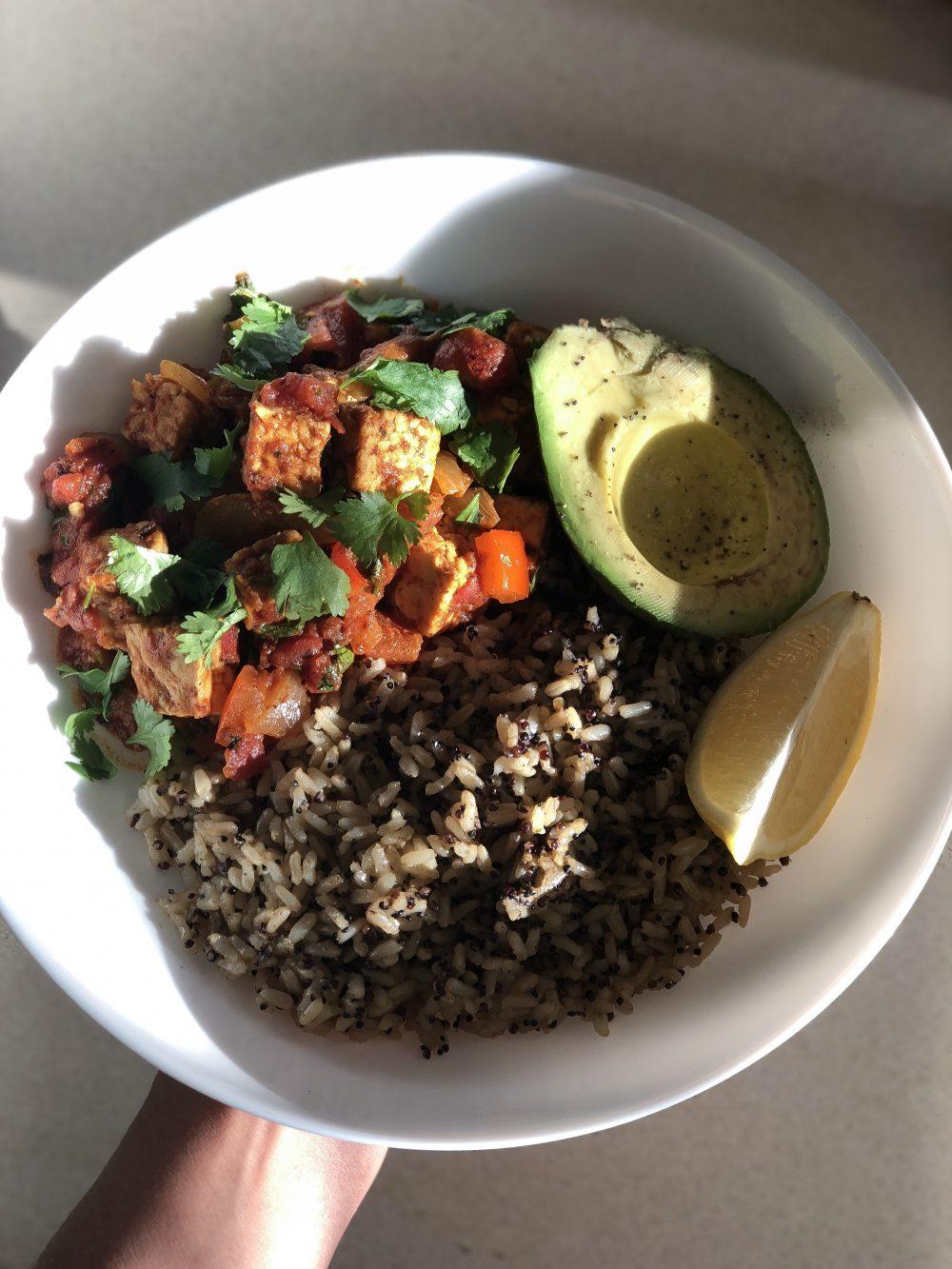 """Un guisado """"estilo Dominicano"""" pero usando Tempeh en vez de carne! Delicioso, nutritivo y sin sacrificar ese sabor de nuestra comida tipica!"""